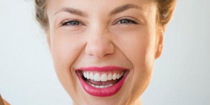 посмішка дівчини