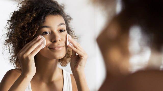 Догляд за обличчям красива дівчина