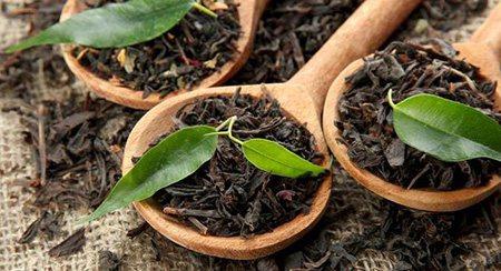 У чаї міститься танінова кислота, яка допомагає витягати з почервонілий області теплоту і тим самим зменшувати ступінь хворобливості