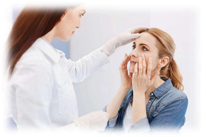 лікар оглядає особа пацієнтки
