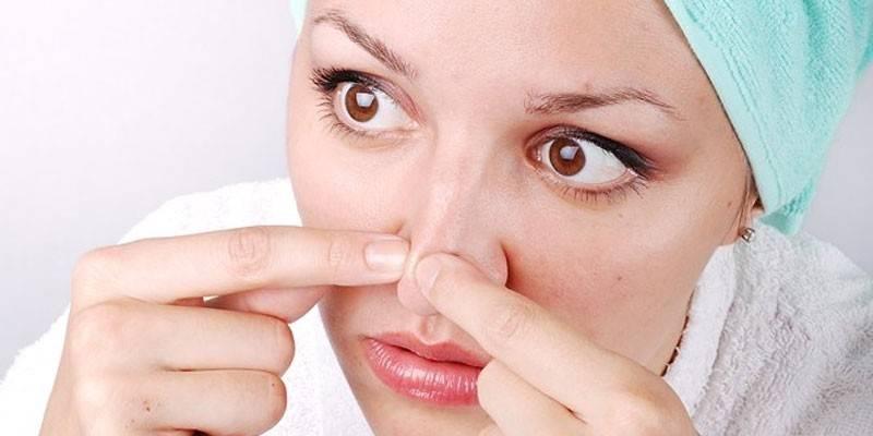 Жінка чистить шкіру на носі